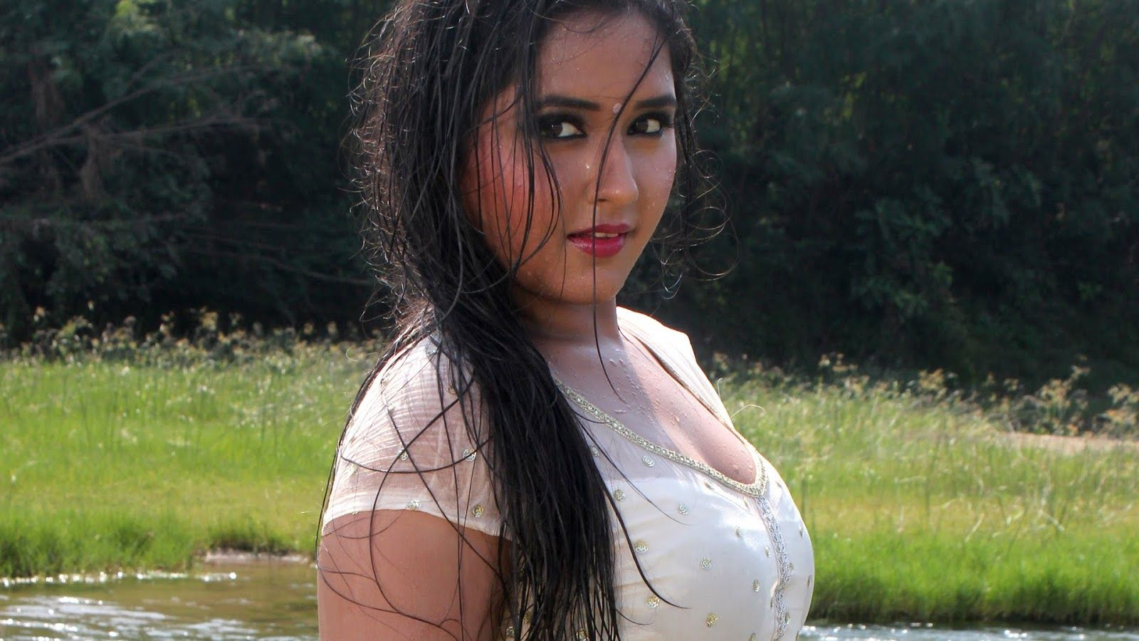 kajal_raghwani_hot_cleavage